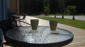 Rytinė kava kieme