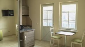 Mini virtuvėlė ir išėjimas į balkoną