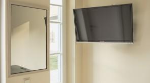 TV ir langas į kiemą